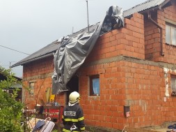 Nevihte in sunki vetra povzročali številne težave po Pomurju