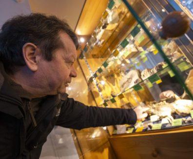 V svoji zbirki ima mamutovo dlako in celo dinozavrovo jajce // 60-sekundni dokumentarec