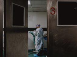Okužen že odstotek prebivalstva, novembra v bolnišnicah gneča